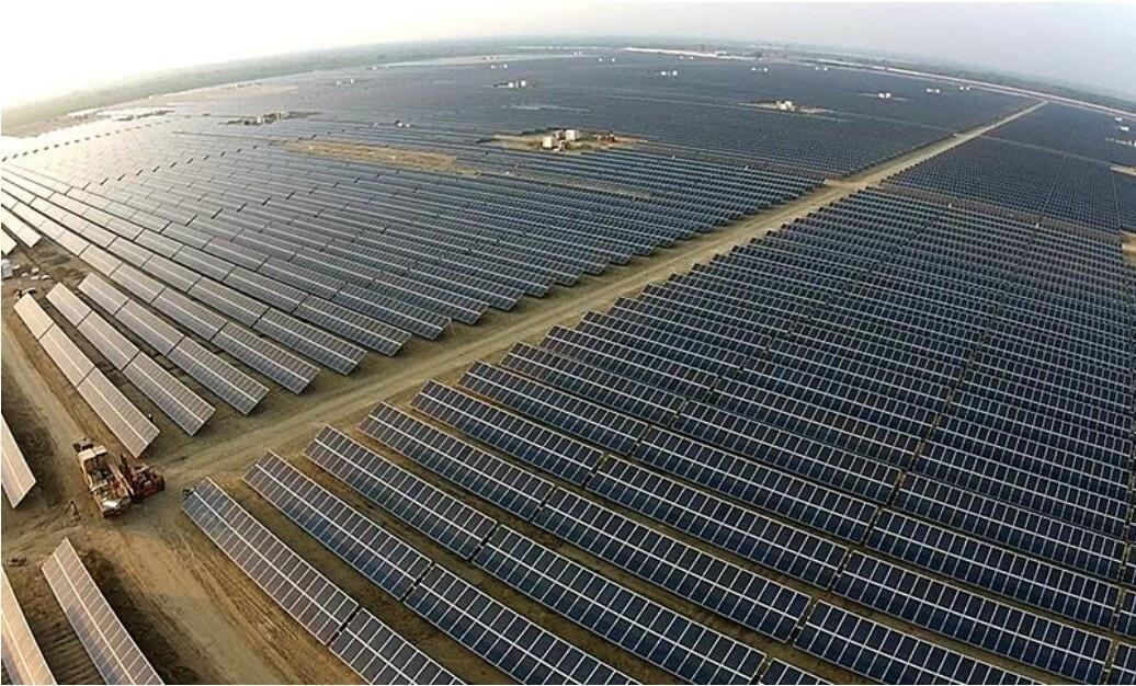Campo de paneles fotovoltaicos.